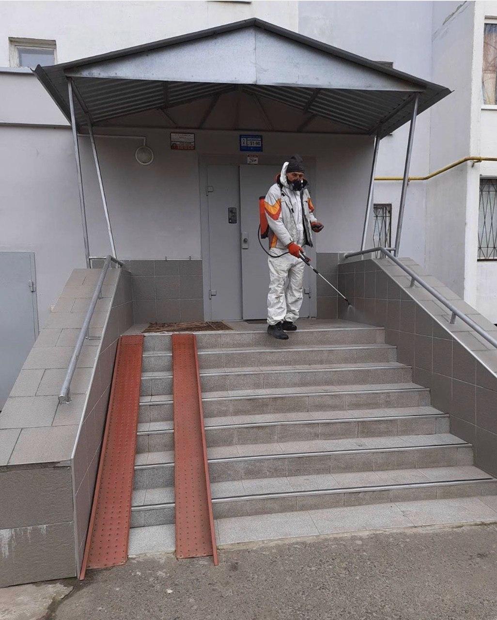 Работники УК Суворовский продолжают проводить дезинфекцию в парадных многоэтажек.